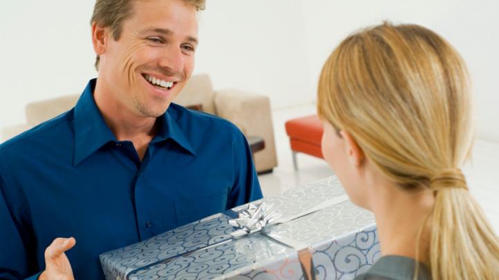 Как заставить мужчину делать вам подарки