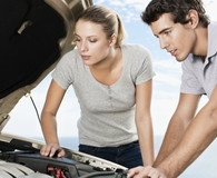 Couple using best jump starter kits to get car started