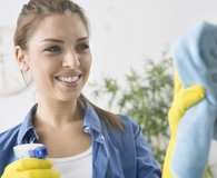 Woman using best microfiber cleaning cloths