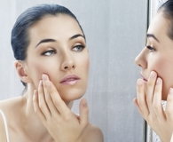 Woman using best facial primers for clear skin