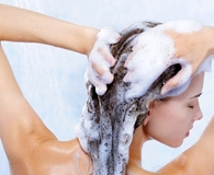 woman using best dandruff shampoo