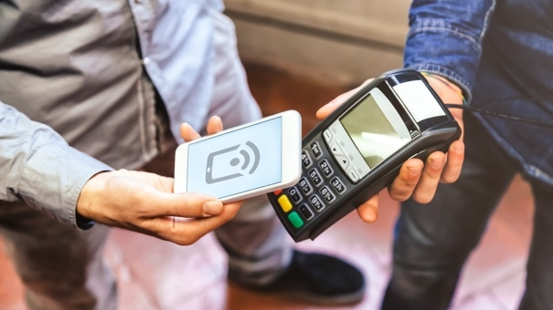 paying_with_smartphone_537499455.jpg (605×340)