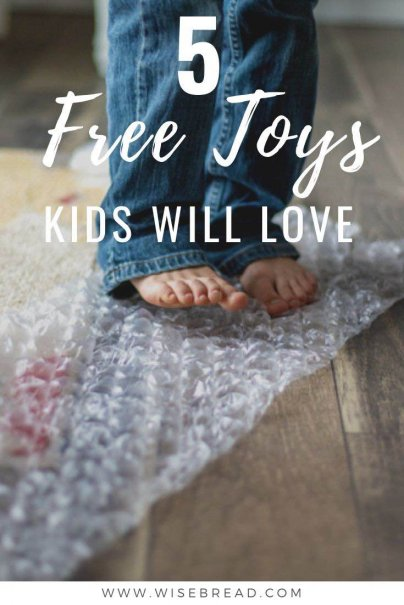 You don't need to spend a lot of money on expensive toys. We've got the list of free toys that your kids will love so you can save money on gifts! | #freetoys #gifts #DIY